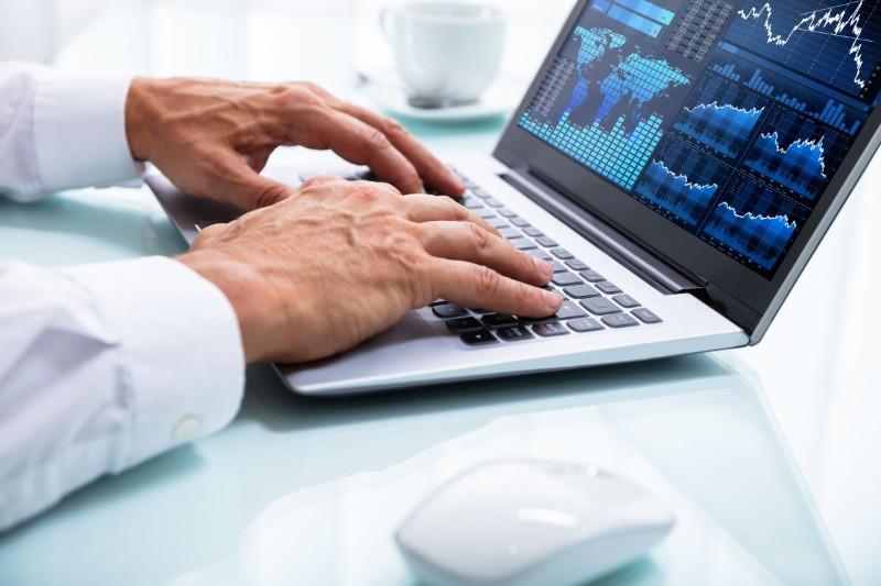 Profesional del Big Data trabaja en el análisis de datos